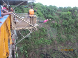 Bungee jumping of the duct taped platform